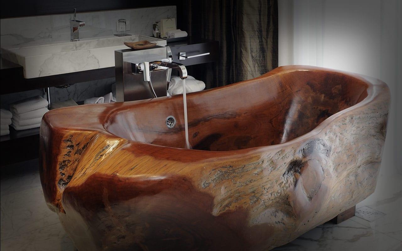 Koupelna s dřevěnou vanou - ilustrační obrázek, zdroj.