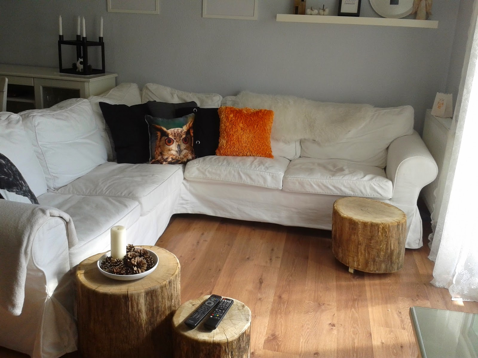 Obývací pokoj s konferenčními stolky ze špalků – ilustrační obrázek, zdroj