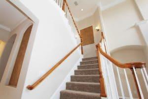 Světlé interiérové schodiště