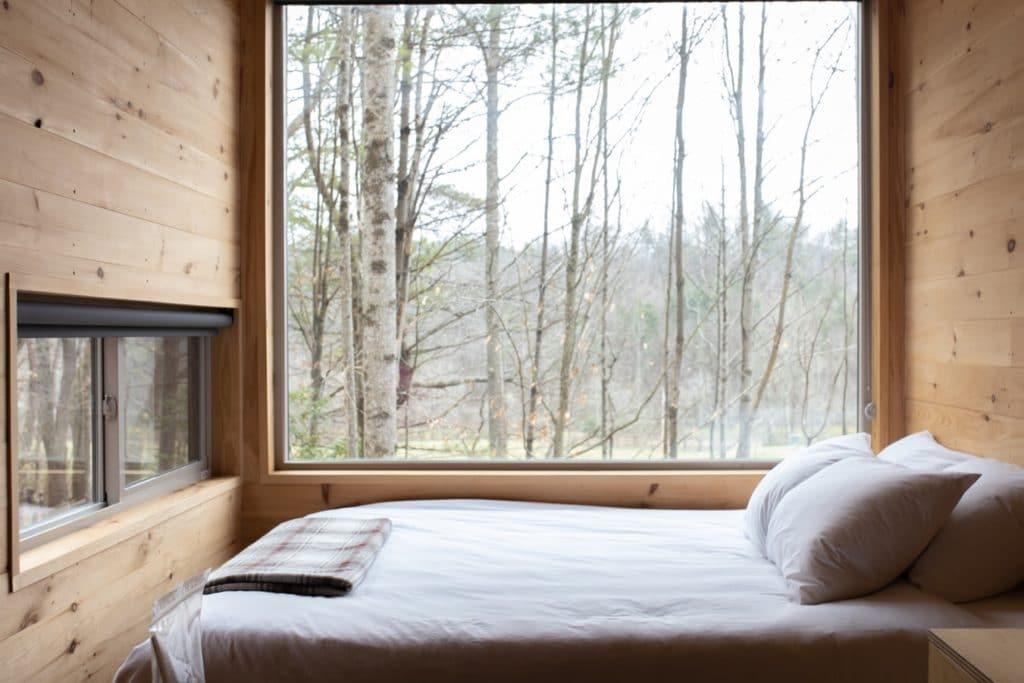 postel s výhledem do přírody