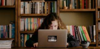 dívka se učí doma