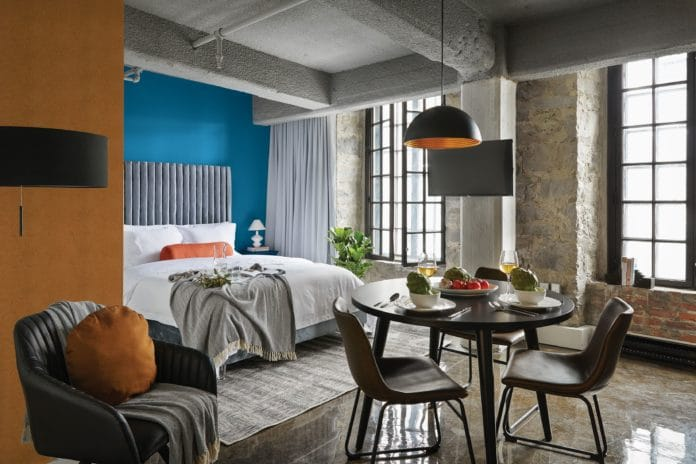 modrá stěna v ložnici