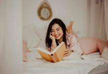 žena v posteli s knihou