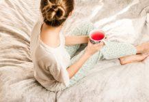povlečení a žena s čajem