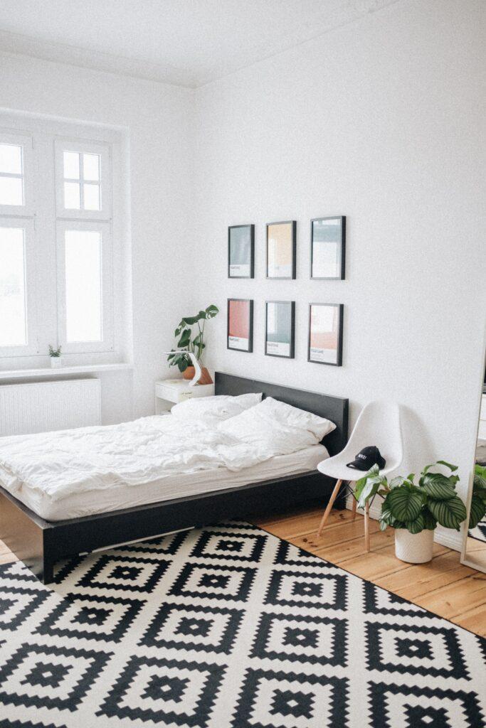 útulná ložnice s postelí